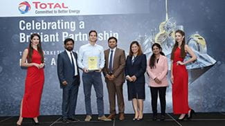 Manlift Qatar celebrates loyalty award by Total